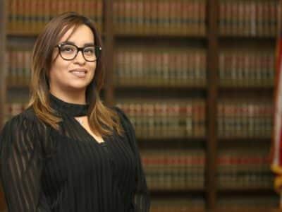 ¿Cómo Puede Asistirlo un Abogado que Ayude a la Comunidad en un Caso por Conducir con una Licencia Suspendida?